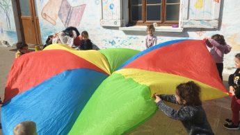 Motricité : parcours et jeu du Parachute